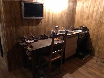 1 table  1 chaise assise paillée  1 réfrigérateur...