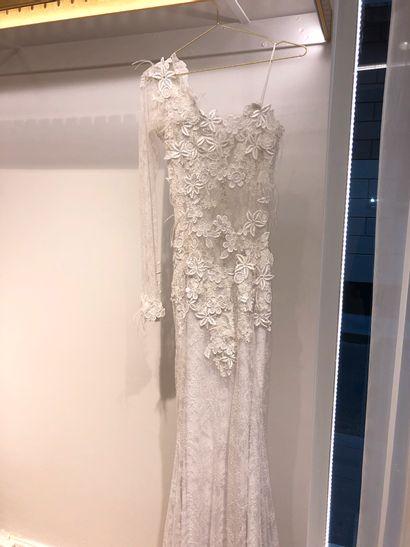 1 robe de mariée en broderie, fleurs