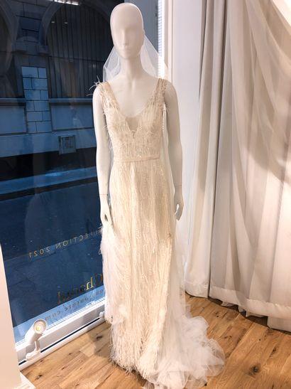 1 robe de mariée en plume, perles, tulle