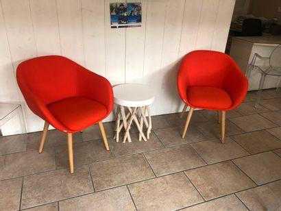2 fauteuils tournants oranges  1 table basse  4 fauteuils gris