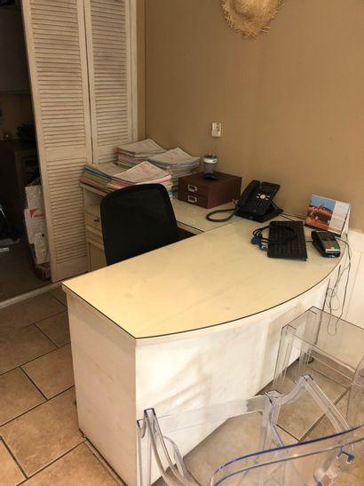 1 bureau avec retour plateau verre  1 fauteuil tournant 5 roulettes