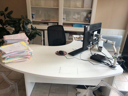 1 bureau en bois lamifié blanc 1 retour  1 caisson à hauteur de bureau  1 chaise...