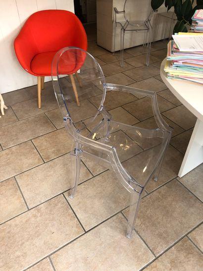 8 chaises coque plastique  2 tables basses