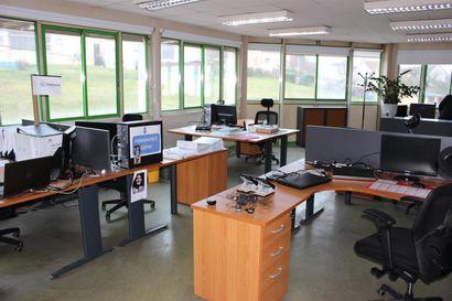 7 bureaux mélaminés avec angle et tables diverses  4 armoires basses 2 portes rideaux...