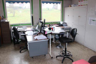 4 bureaux en angle mélaminés bois  2 armoires métal  1 armoire basse deux portes...