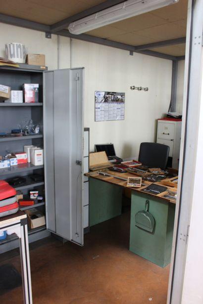 Le contenu du bureau (micro-mètre, pied à coulisse, jauge, comparateur, petit marbre,...