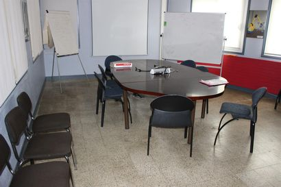 1 table de réunion mélaminées bois  9 chaises tissu bleu  4 chaises tissu marron...