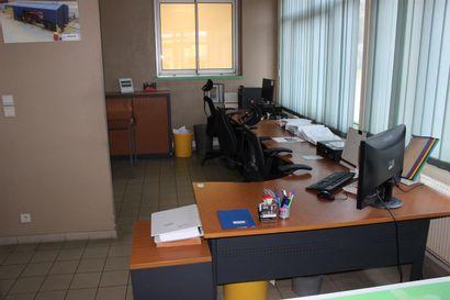 3 bureaux mélaminés bois dont un en angle  3 fauteuils de bureau résille ou tissu...