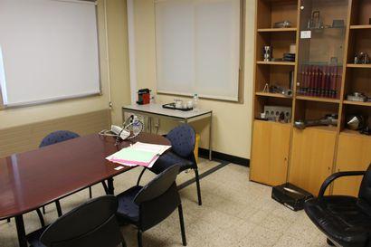 1 table de réunion mélaminées bois  7 chaises tissu bleu  1 fauteuil  1 bibliothèque...