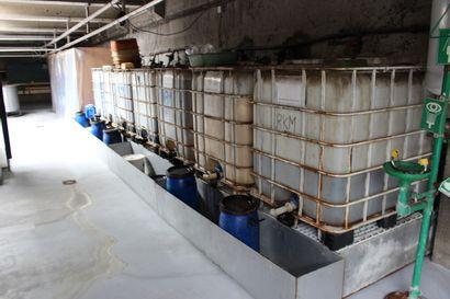 Sur la mezzanine  2 balances  1 bac de rétention  5 cuves de mélange