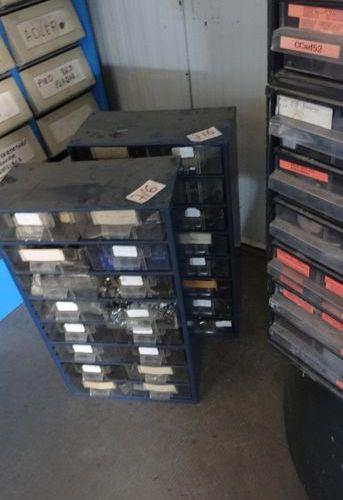Lot de 5 Meubles tiroirs avec pièces machines à coudre et stock d'aiguilles
