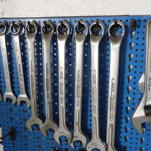Tableau bleu avec des plates mixtes des à pipe des à molettes