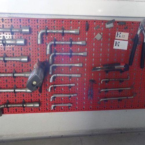 Tableau rouge avec clefs à pipe clefs à molette tournevis coudés