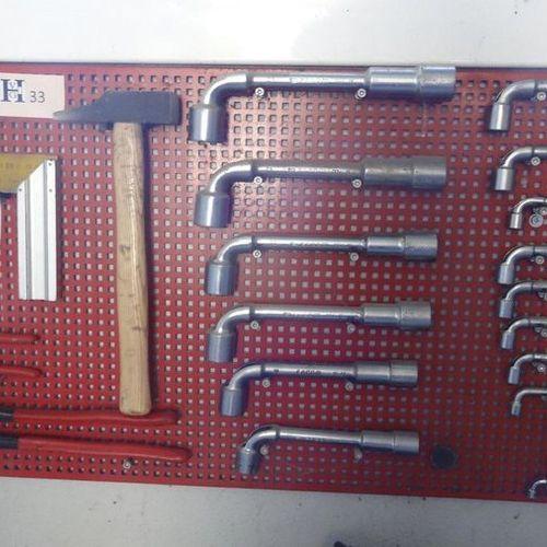 Tableau rouge avec clefs à pipe marteau et pinces multiprises FACOM de 9 à 24
