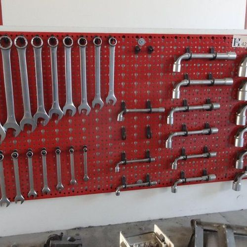 Tableau rouge avec clefs mixtes et clefs pipes