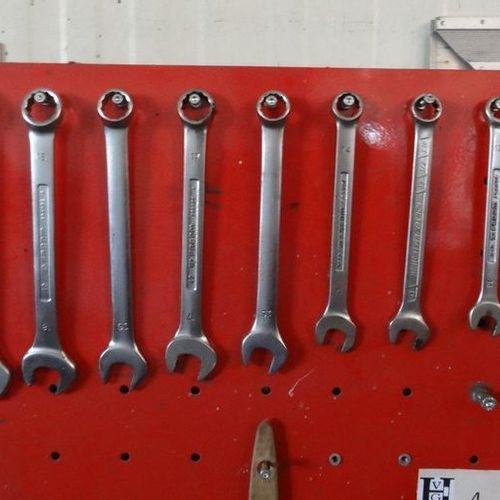 Tableau rouge avec clefs plates clefs à pipe marteaux scie à métaux