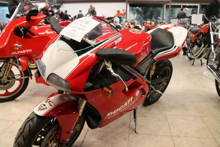 28 800 € pour la Ducat' 996 de Johnny au Salon Moto Légende