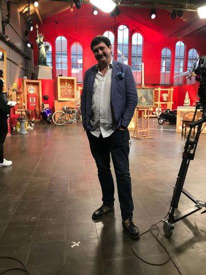 A la vente du 25 octobre, présence de Stéphane de l'émission TV Affaire Conclue. peut-être tiendra-t-il le marteau quelques minutes!