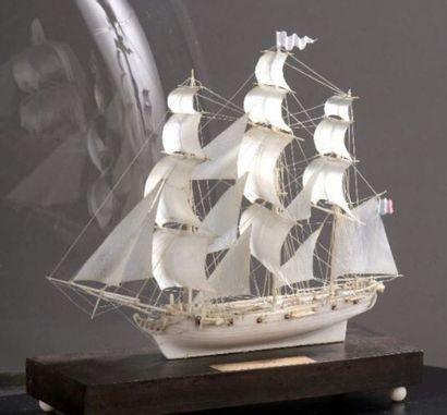 Une maquette de bateau en ivoire à découvrir