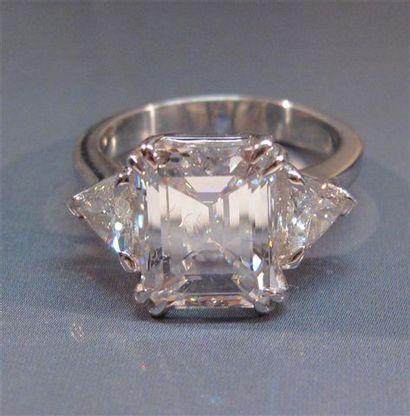 Bague en or gris centrée d 'un diamant taille émeraude de 4.06 ct couleur E pureté IF
