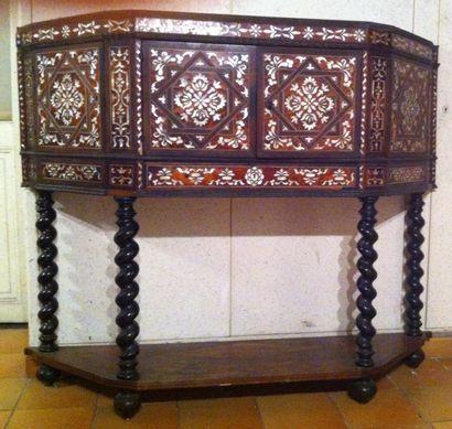 Cabinet dans le style espagnol du XVIIe siècle, placage d'écaille et de nacre : adjugé 15 250 € frais compris