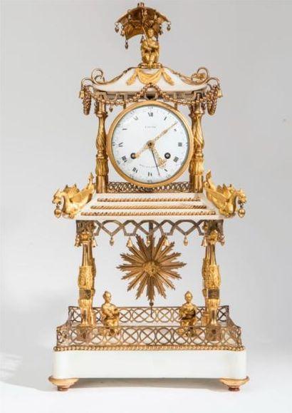 Adjugée ! Curieuse pendule en marbre blanc et bronze en forme de pagode - 48 050 €