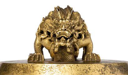 Une cloche impériale chinoise sous le marteau