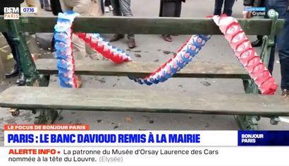 ► Le collectif qui a racheté un banc historique de Paris datant de 1878 l'a remis à Emmanuel Grégoire, Premier adjoint d'Anne Hidalgo BFM PARIS, le 26 mai 2021