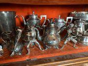 ** Fort lot en métal argenté comprenant un drageoir de style rocaille à...