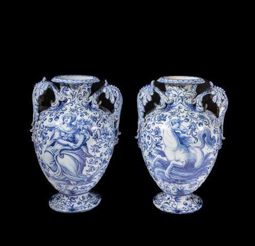 Paire de vase de forme balustre à col resserré...