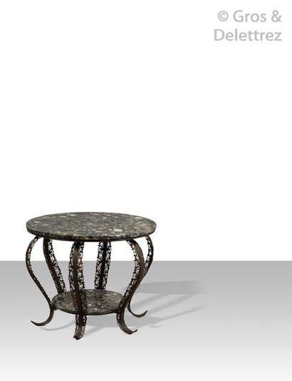 EDGAR BRANDT (1880-1960) Guéridon à double plateau circulaire en marbre brèche reposant...