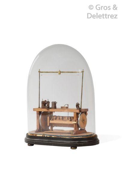 Maquette d'un tour en bois et métal présentée sous une cloche en verre. Haut.?:...