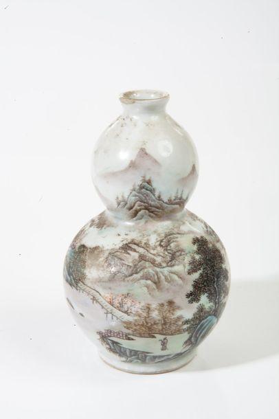 Chine, vers 1920  Vase de forme coloquinte,...