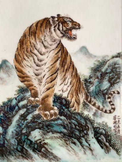 Chine, période République  Panneau en porcelaine...