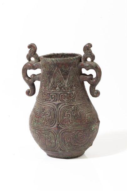 Chine, XVIIe siècle  Petit vase hu en bronze...