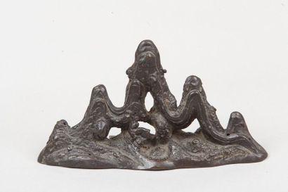 Chine, XVIIe siècle  Repose-pinceau en bronze...