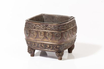 Chine, XVIIIe siècle  Brûle-parfum en bronze...