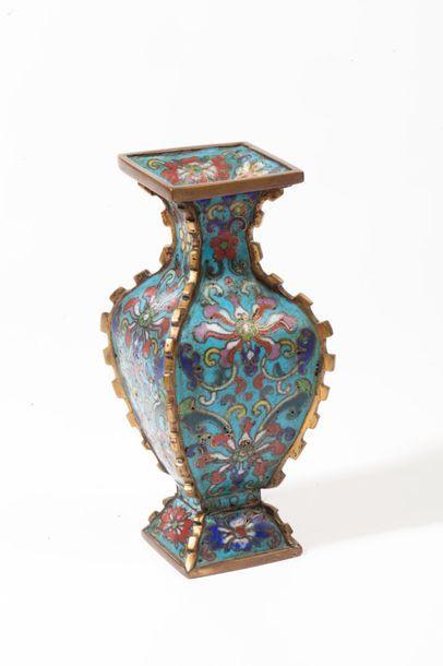 Chine, XVIIIe siècle  Vase de forme gu à...