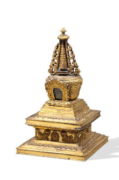 Tibet, XIXe siècle  Stupa en bronze doré,...