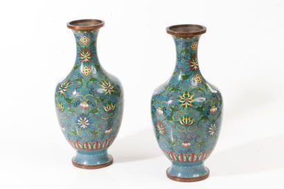Chine, fin XIXe siècle  Paire de petits vases...