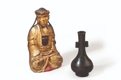 Statuette en bois laqué et doré, représentant...