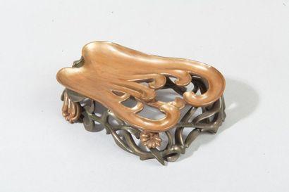 Socle en bois laqué or brun, en forme de...