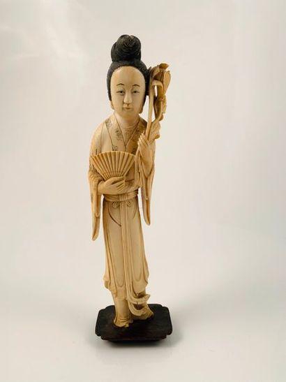 Chine, vers 1900  Statuette en ivoire, représentant...