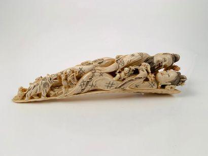 Chine, vers 1900  Sujet en ivoire, représentant...