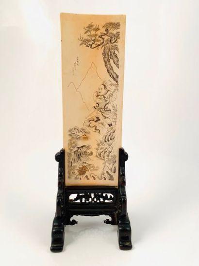 Chine, vers 1930  Ecran de lettré en ivoire,...
