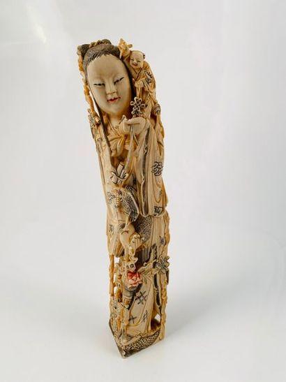 Chine, vers 1930  Statuette en ivoire, représentant...