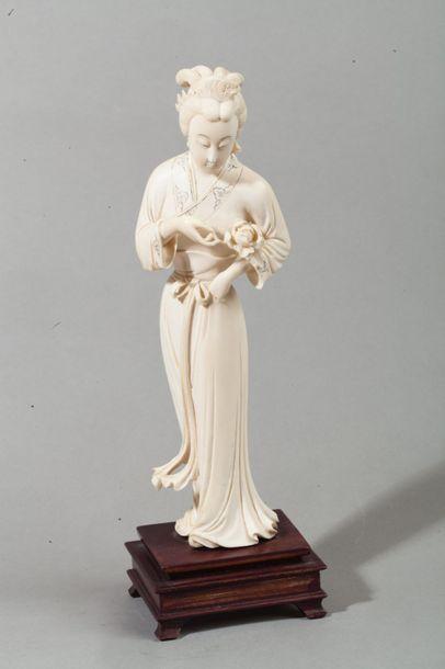 Chine, vers 1920  Statuette en ivoire figurant...