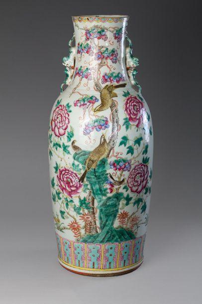 Chine, fin XIXe siècle  Vase balustre à long...