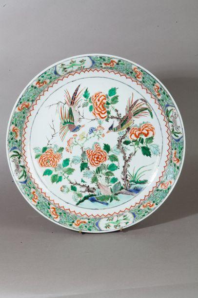 Chine, Style Kangxi  Plat en porcelaine et...