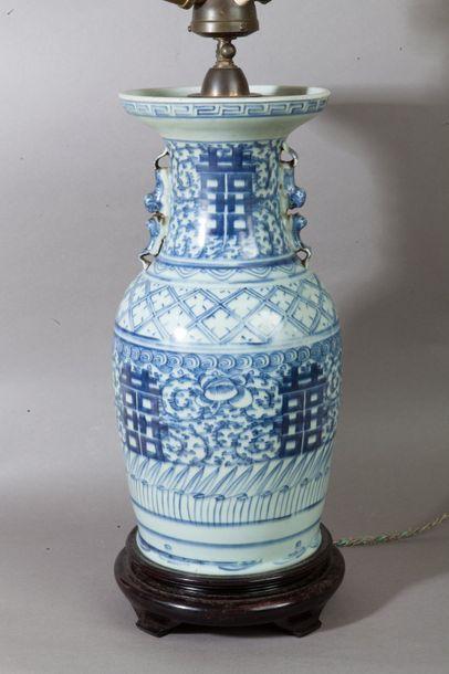 Chine, vers 1900  Vase balustre en porcelaine,...